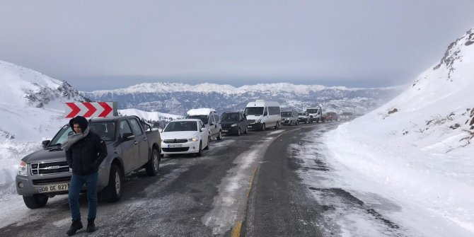 Artvin-Ardahan kara yolu Sahara Geçidi'nde çığ düştü