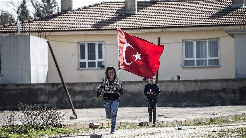 Sınır mahallesi bayraklarla donatıldı