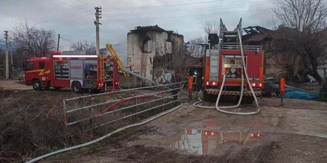 İki katlı ev, yangında kullanılamaz hale geldi