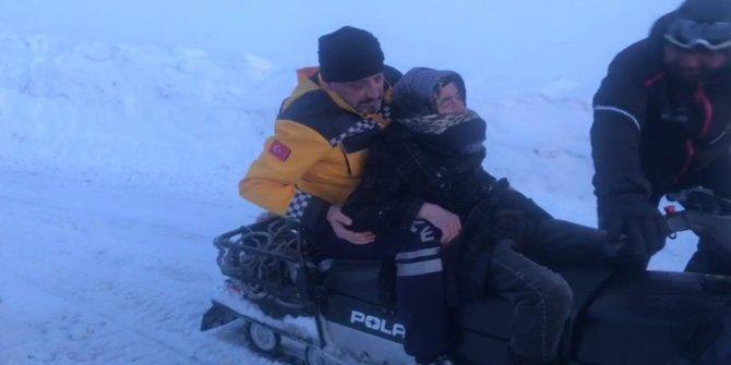 Yaşlı kadın, kar motoru ile ambulansa ulaştırıldı