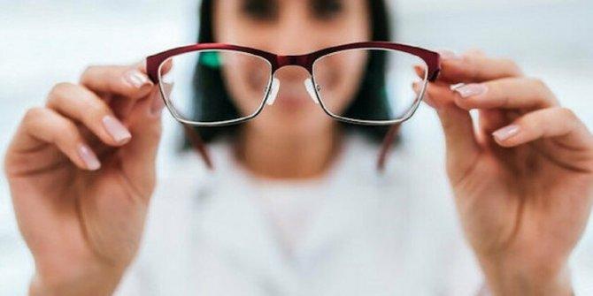 """Uzmanından """"Kovid-19 riskini azaltmak için lens yerine gözlük kullanın"""" uyarısı"""