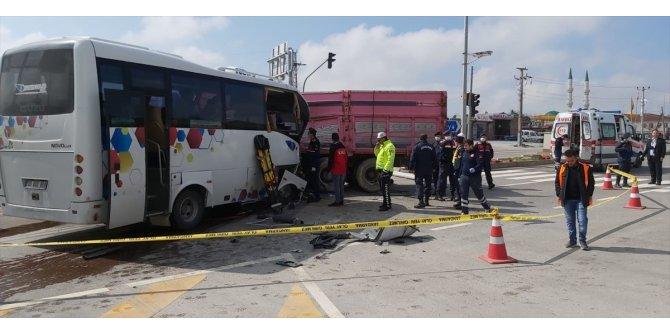 Aksaray'da minibüs ile kamyon çarpıştı: 2 yaralı