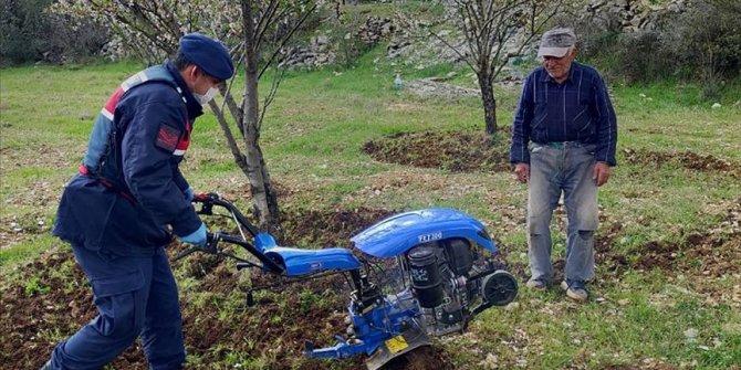 Antalya'da evinden çıkamayan çiftçinin tarlasını jandarma çapaladı