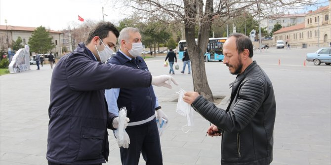 Zabıta ekipleri vatandaşlara maske dağıttı