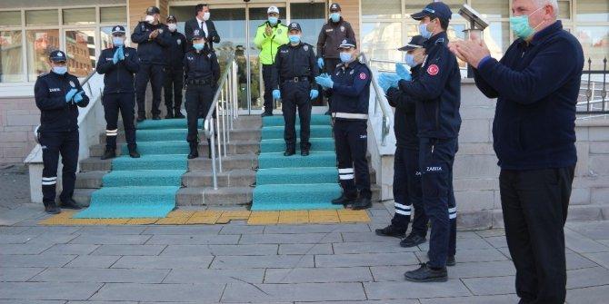 Zabıtalardan polislere marşlı kutlama