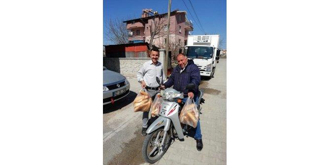 Beyşehir'de evlere ekmek dağıtımına muhtar desteği