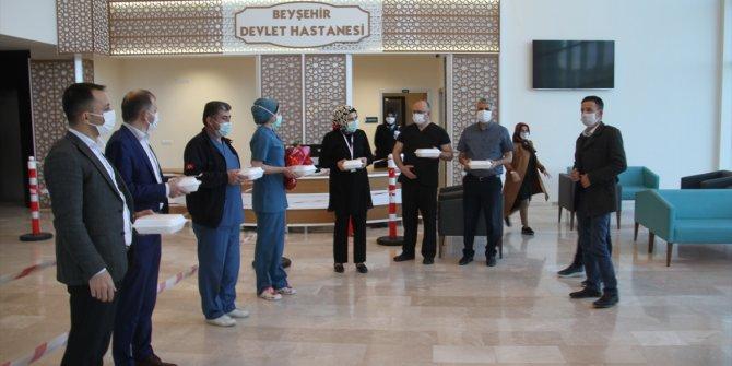 Beyşehir'de kadınlardan sağlıkçılara ikramlı, çiçekli ve alkışlı destek