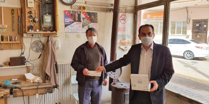 Hadim Belediye Başkanı Hadimioğlu, esnaflara maske dağıttı