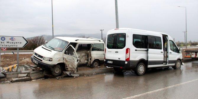 Sivas'ta iki minibüs çarpıştı: 4 yaralı