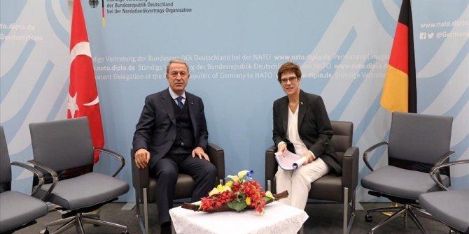 Bakan Akar, Almanya Savunma Bakanı Karrenbauer ile telefonda görüştü