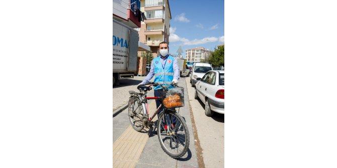 Kovid-19 ile mücadelede vatandaşın taleplerini bisikletiyle karşılıyor