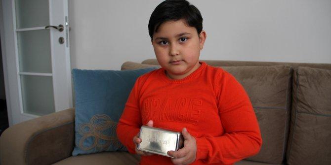 Sivaslı ilkokul öğrencisi kumbarasındaki parayı Milli Dayanışma Kampanyası'na bağışladı