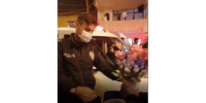 Kavgaya gelen polisleri pasta ve çiçeklerle karşıladılar