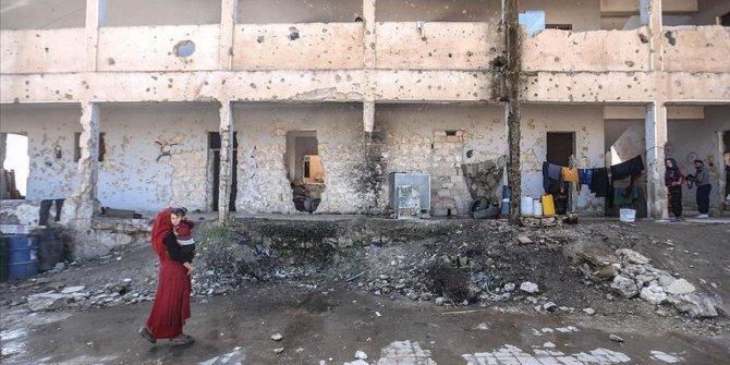 Harabe okullara sığınan 16 İdlibli aile, aç uyuyor