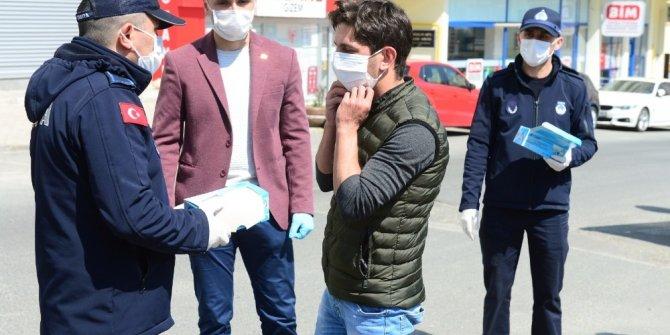 Giresun Valiliği koordinesinde vatandaşlara ücretsiz maske dağıtıldı.