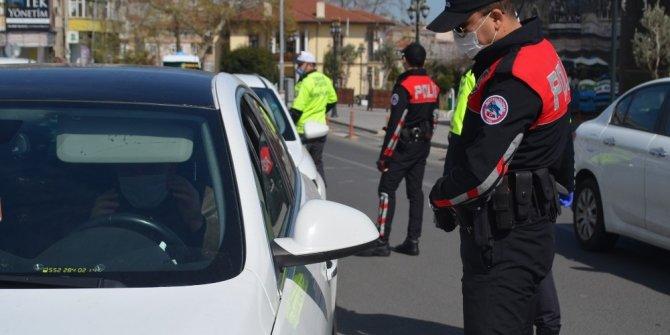 Polisi gören maske taktı