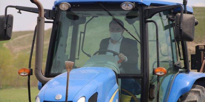 Kaymakam Akköz, traktöre binerek şeker  pancarı tohumu ekti