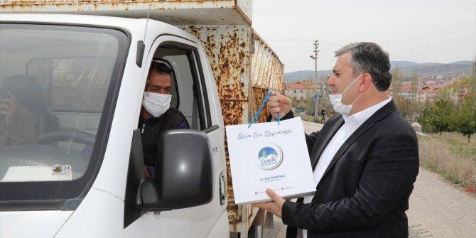 Çubuk'ta mahallelerde vatandaşlara dezenfektan ve maske dağıtıldı