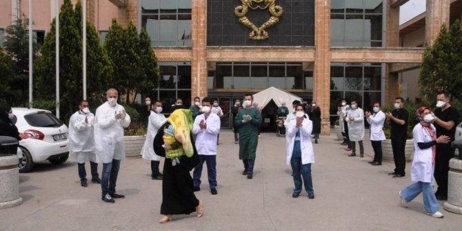 Koronavirüsü yenen 11 aylık Özgür bebek alkışlarla taburcu edildi