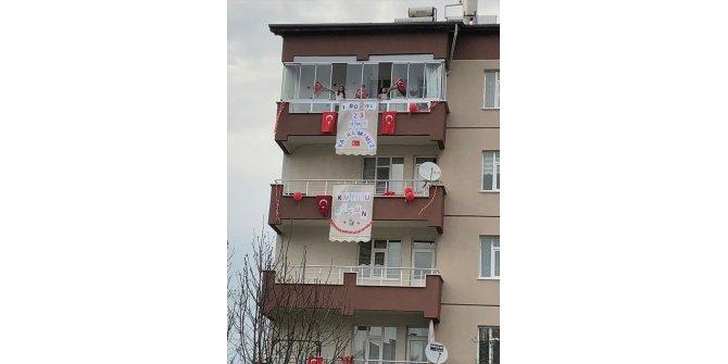 Konya'da çocuklardan ev ve balkonlarda 23 Nisan bayramı kutlamaları