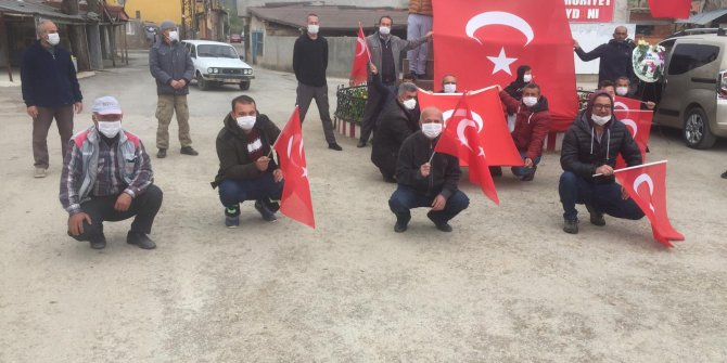 Mahalle sakinleri sosyal mesafeyi kuralına uyup, 23 Nisan'ı kutladı