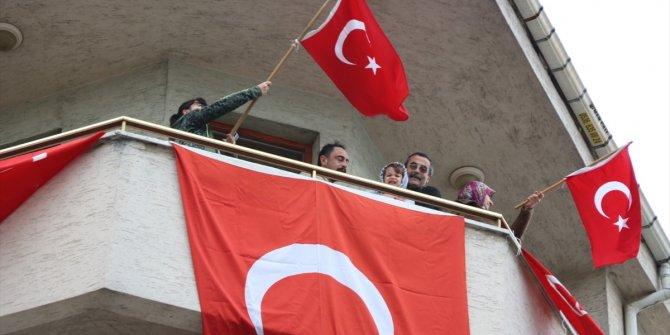 Konya'da müzik öğretmeninden evinin balkonundan gitarlı 23 Nisan konseri