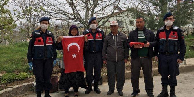 65 yaşındaki Meryem Durmaz'ın bayrak sevgisi duygulandırdı