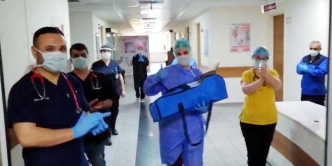 Koronavirüs tedavisi tamamlanan bebek, alkışlarla taburcu edildi