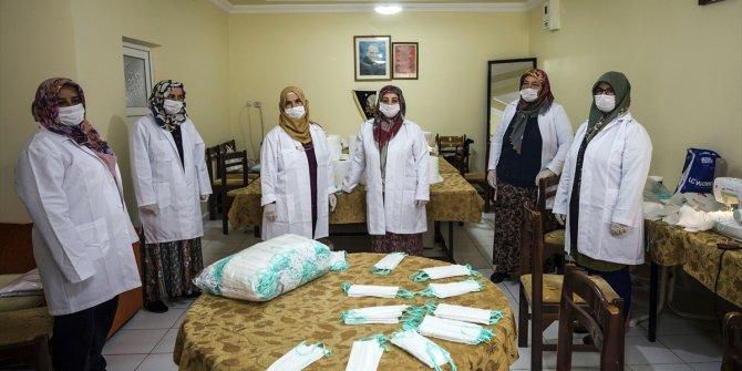 Tarım işletmesi çalışanlarının eşleri maske üretiyor