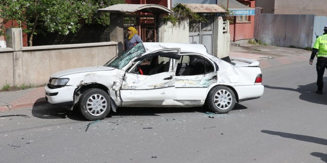 Sivas'ta beton mikseriyle otomobil çarpıştı: 2 yaralı