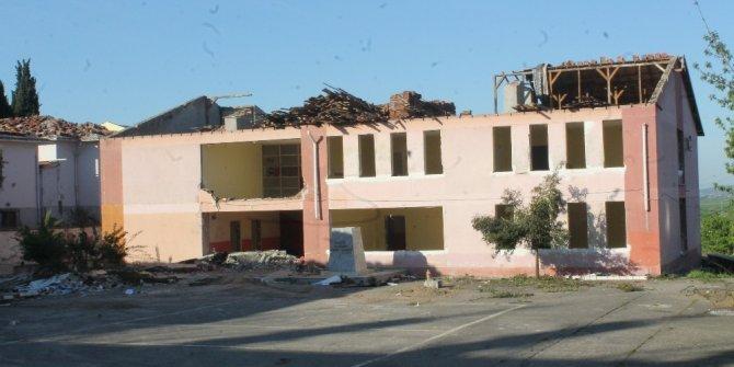 Manyas'ta okul binaları yıkılıyor