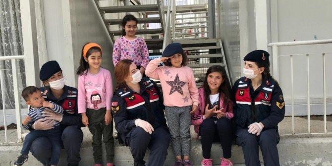Mehmetçik'ten depremzede çocuklara şefkat