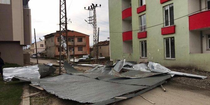 Erzurum'da şiddetli rüzgar binanın çatısını uçurdu