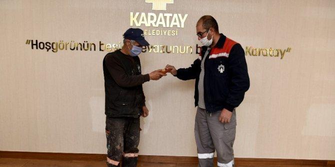Karatay Belediyesi personeli, yolda bulduğu cüzdanı sahibine teslim etti