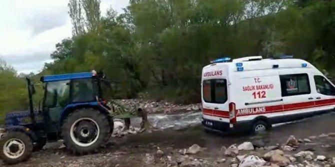 Çayda mahsur kalan ambulansın yardımına köylüler yetişti