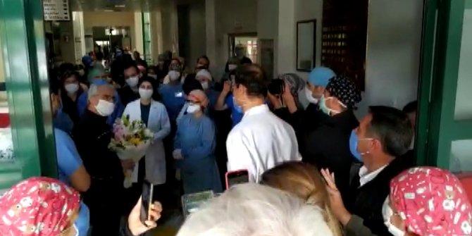 Silivri'de koronavirüsü yenen doktor alkışlarla taburcu oldu