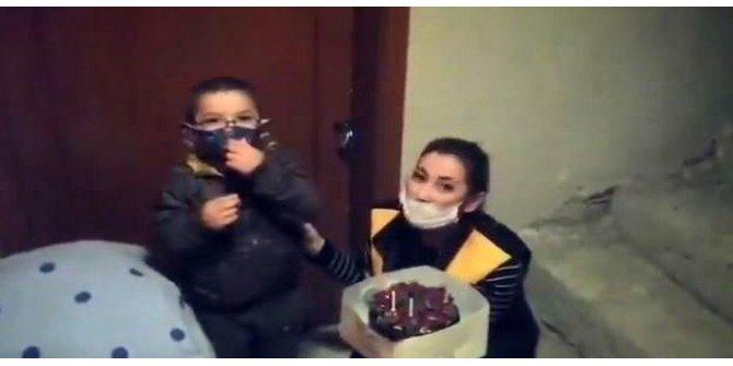 Annesinden uzaktaki çocuğa doğum günü sürprizi