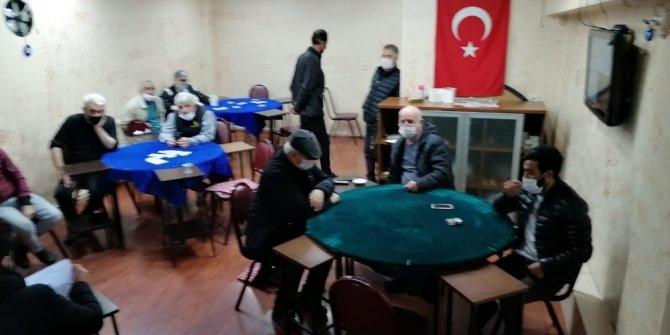 Korona virüse rağmen kıraathanede kumar oynayan şahıslara polis baskını