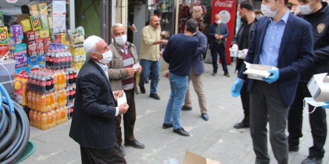 Kaymakam ve belediye başkanından maske dağıtımı