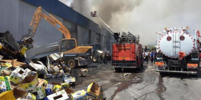 Mersin'de narenciye paketleme fabrikasında yangın çıktı