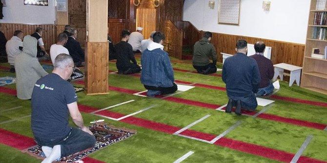 Bir ülkede daha camiler yeniden ibadete açıldı