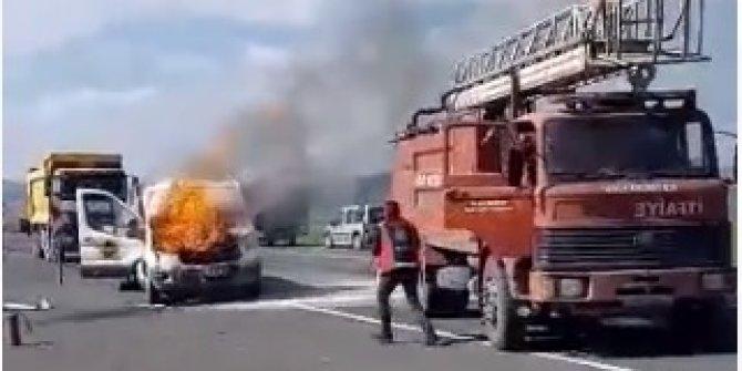 Seyir halindeki kamyonetin motoru bir anda tutuştu