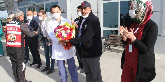 Motosiklet tutkunlarından sağlık çalışanlarına çiçek jesti