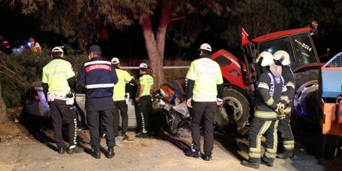 Otomobil önce ağaca ardından duran traktöre çarptı: 2 ölü