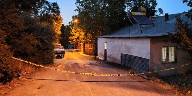 Cinnet getiren öğretmen 40 yıllık komşularına satırla saldırdı