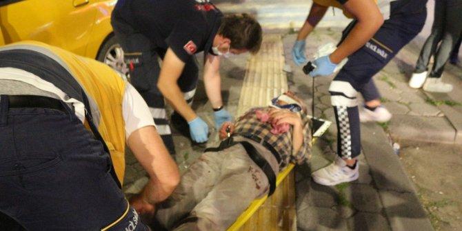 Kaldırımdaki yayaya çarpan taksi, balkonun altına girdi: 2 yaralı