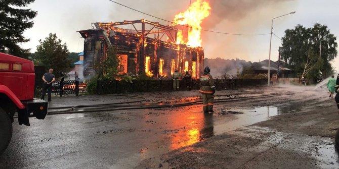 Rusya'da 19'uncu yüzyıldan kalma ahşap kilisede yangın