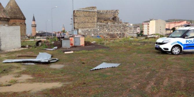 Hortum evlerin çatılarını uçurdu