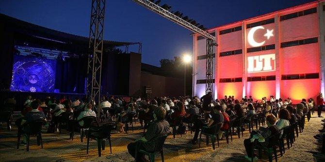 Açık havada tiyatro 'Türkiye Kayası' oyunuyla devam ediyor
