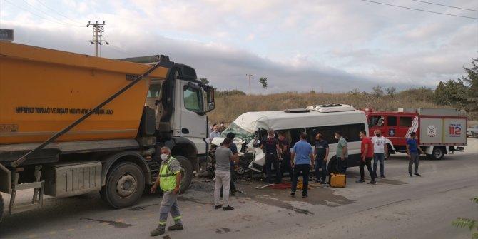 Kocaeli'de işçi servisi ile hafriyat kamyonu çarpıştı: 5 yaralı